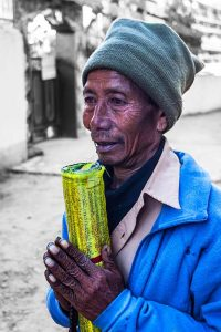 nepal_potraits_prayer-flag-seller_loxley-browne-photography